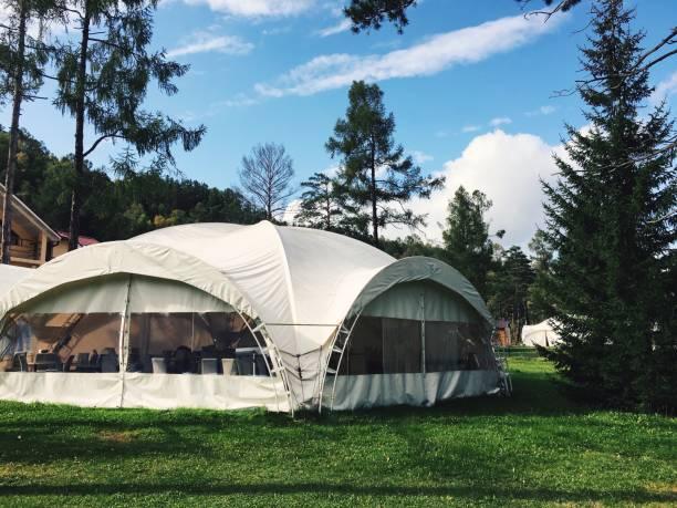 großen weißen zelt im wald. zelt für hochzeit - planenzelt stock-fotos und bilder