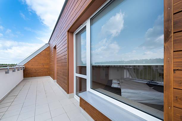 grande fenêtre et un balcon dans appartement moderne - cosmetique store photos et images de collection