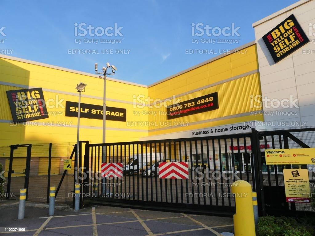 大黃自儲店場所,阿斯科特路1號,沃特福德 - 免版稅交通方式圖庫照片