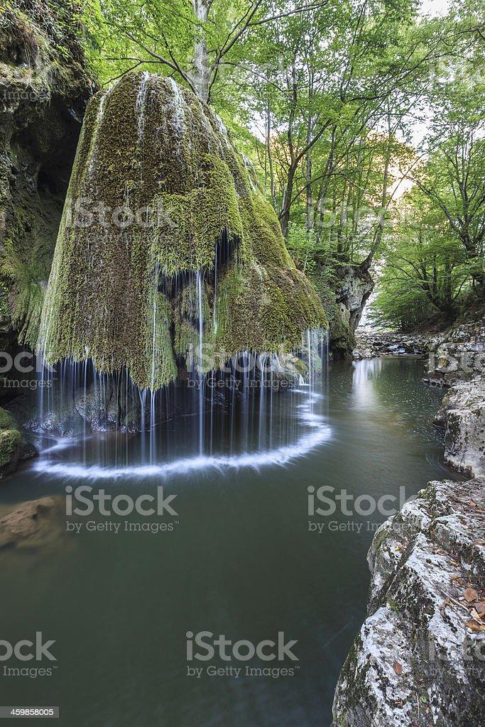Chutes Bigar Nera Beusnita Cascade dans le parc National des Gorges, la Roumanie. - Photo