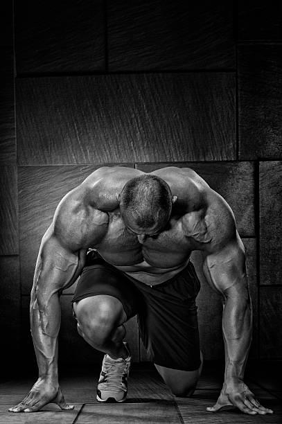 mayor, más rápido, más fuerte, mejor - hombres grandes musculosos fotografías e imágenes de stock