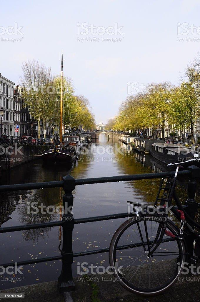 Bicicleta e canal em Amsterdã - foto de acervo