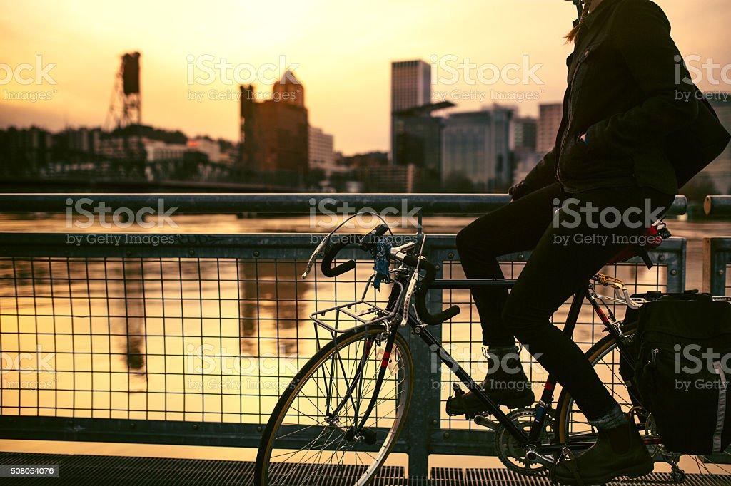Bicicleta Commuter em Portland, Oregon - foto de acervo