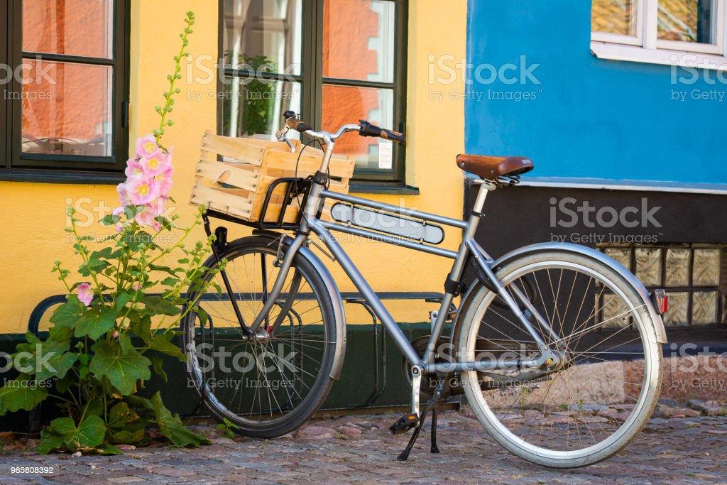 Cykel framför väggen bildbanksfoto