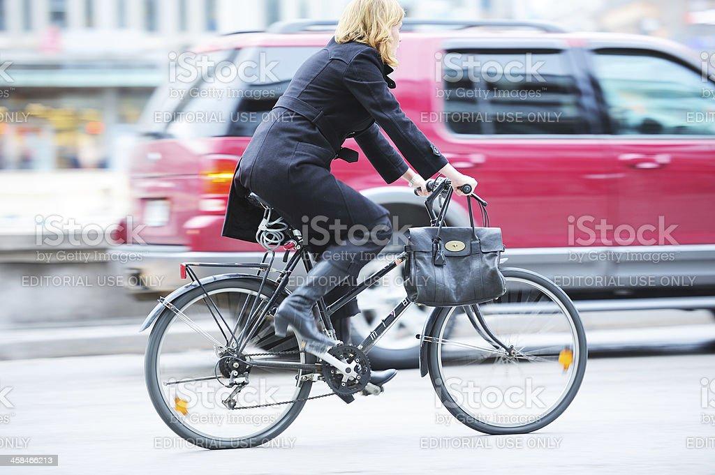 Bicicleta en movimiento borroso tráfico - Foto de stock de Abrigo libre de derechos