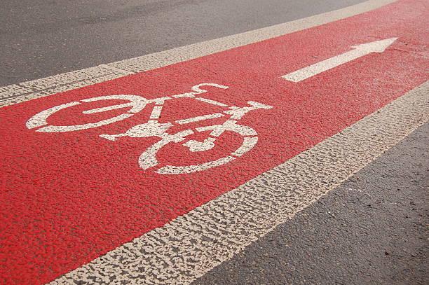 fahrrad lane nach dem regen - fahrradwege stock-fotos und bilder