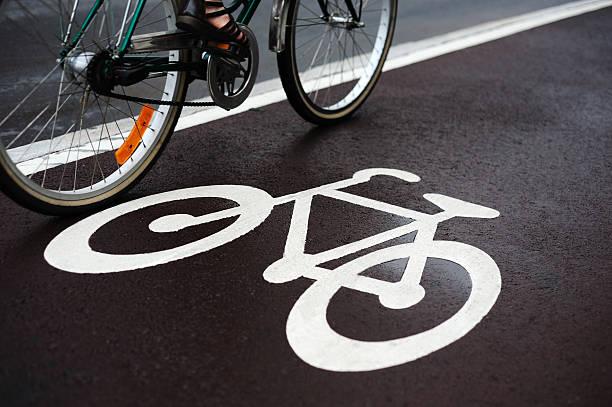 fahrrad straße und verkehr - fahrradwege stock-fotos und bilder