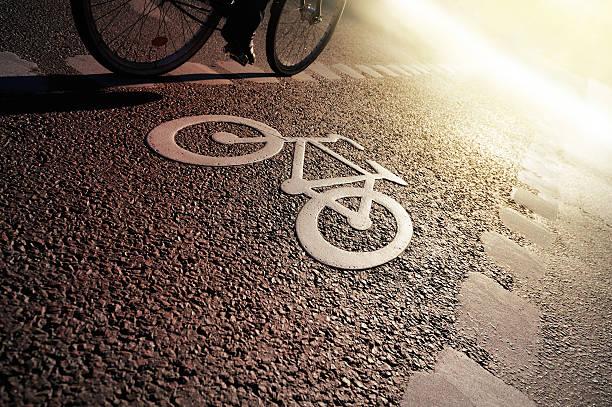 fahrrad lane am abend - fahrradwege stock-fotos und bilder