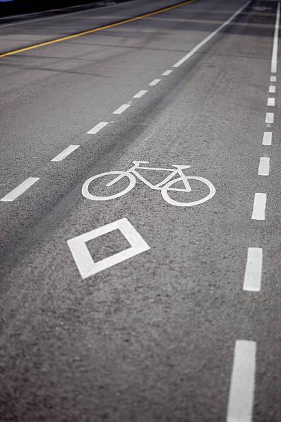 fahrrad lane in vancouver, bc, kanada - fahrradwege stock-fotos und bilder