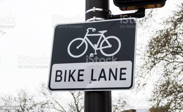 Bike Lane Sign On A Pole - Fotografias de stock e mais imagens de Ao Ar Livre