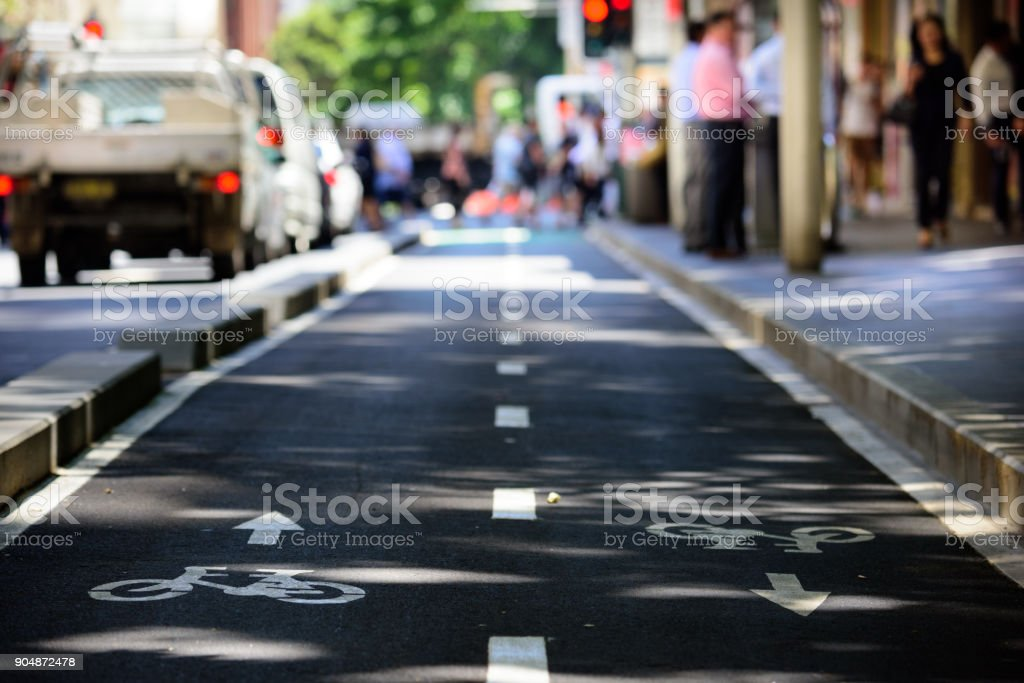 Bike lane, traffic out of focus in background - foto stock