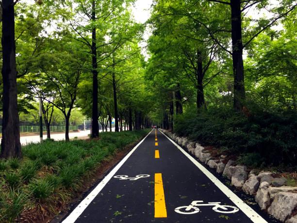 bike lanes zeichen - fahrradwege stock-fotos und bilder