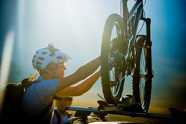 fahrrad auf dem dach carrier - fahrradträger stock-fotos und bilder