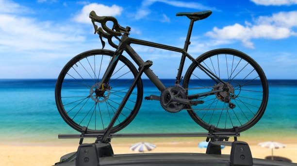 fahrrad auf dem dach eines autos - fahrradhalter stock-fotos und bilder