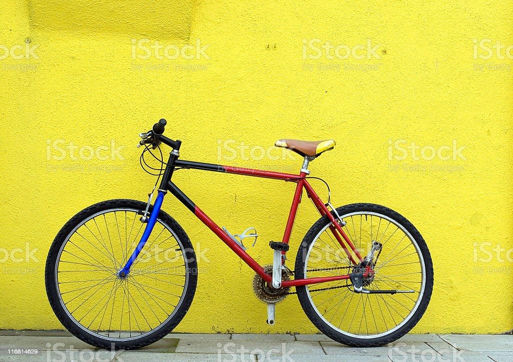 Bicicleta en pared - Foto de stock de Amarillo - Color libre de derechos