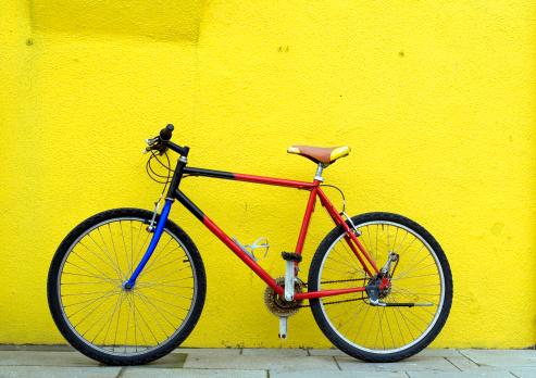 Bicicleta En Pared Foto de stock y más banco de imágenes de Amarillo - Color