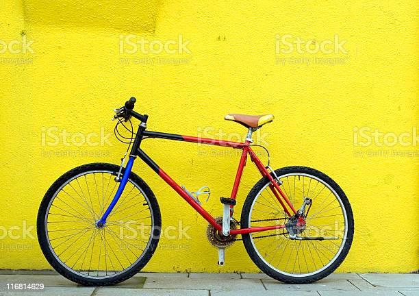 Fahrrad An Der Wand Stockfoto und mehr Bilder von Blau