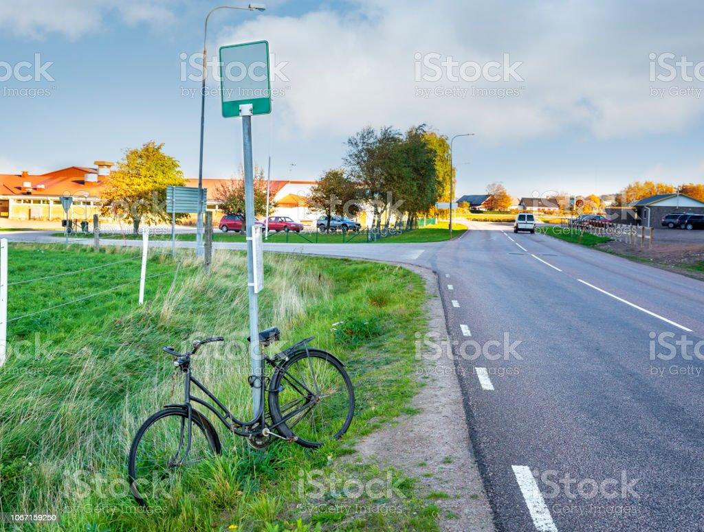 Bike parkerad vid en busshållplats bildbanksfoto