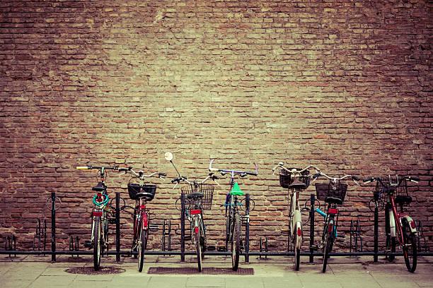 fahrrad parken in bologna, italy - fahrradhalter stock-fotos und bilder