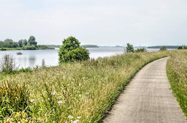 radweg in die ijssel delta - fahrradwege stock-fotos und bilder