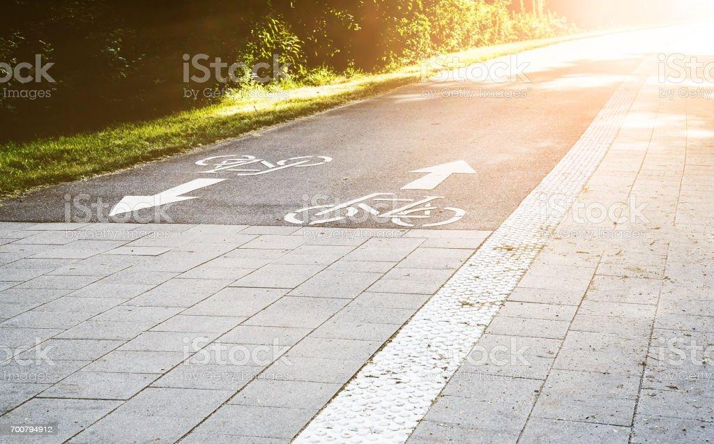 Radweg durch einen Park in der Stadt Hamburg, Deutschland – Foto