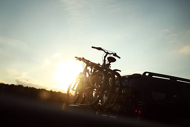 rad transport-zwei räder auf der rückseite für ein auto - fahrradträger stock-fotos und bilder