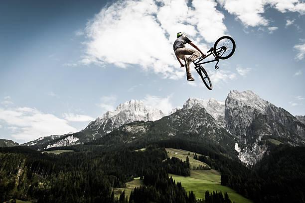 Fahrrad-trick und springen hoch – Foto