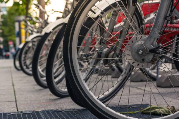 fahrrad räder rack nahaufnahme detail schuss stadt städtische umwelt öffentlich teilen fahrrad - fahrradhalter stock-fotos und bilder