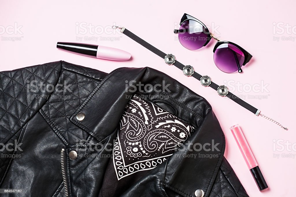 Biker jacket et femme lunettes de soleil avec des cosmétiques décoratifs sur fond rose. Jeu de mode alternative. Vue plate Lapointe, top - Photo