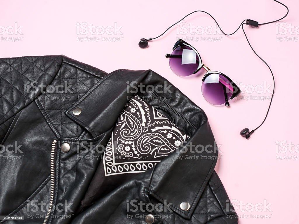 Biker jacket et femme lunettes de soleil avec un casque sur fond rose. Jeu de mode alternative. Vue plate Lapointe, top - Photo