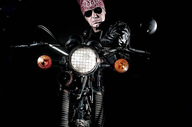 Biker Lehnend auf dem Motorrad – Foto