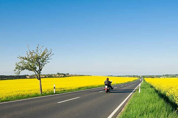 Biker auf einer Land-Straße in den Frühling – Foto