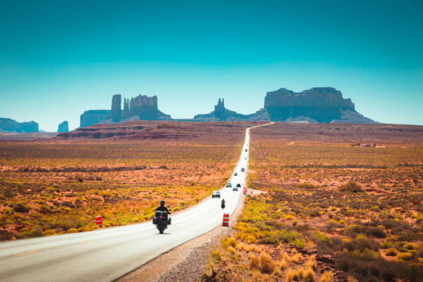 biker unterwegs monument valley bei sonnenuntergang, usa - route 66 stock-fotos und bilder