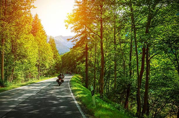Biker auf bergigen Straße – Foto