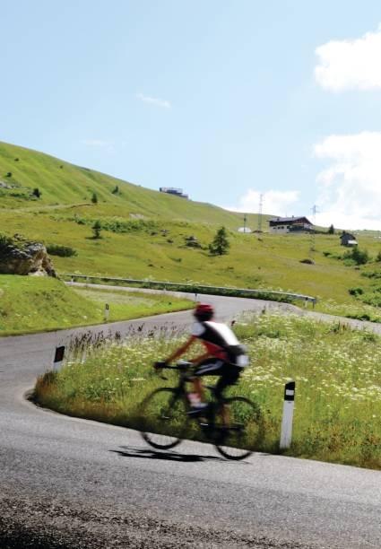Biker Riding auf der Mountain Road – Foto