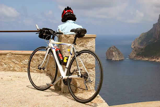 biker-siesta am cabo formentor, mallorca, spanien - andreas weber stock-fotos und bilder