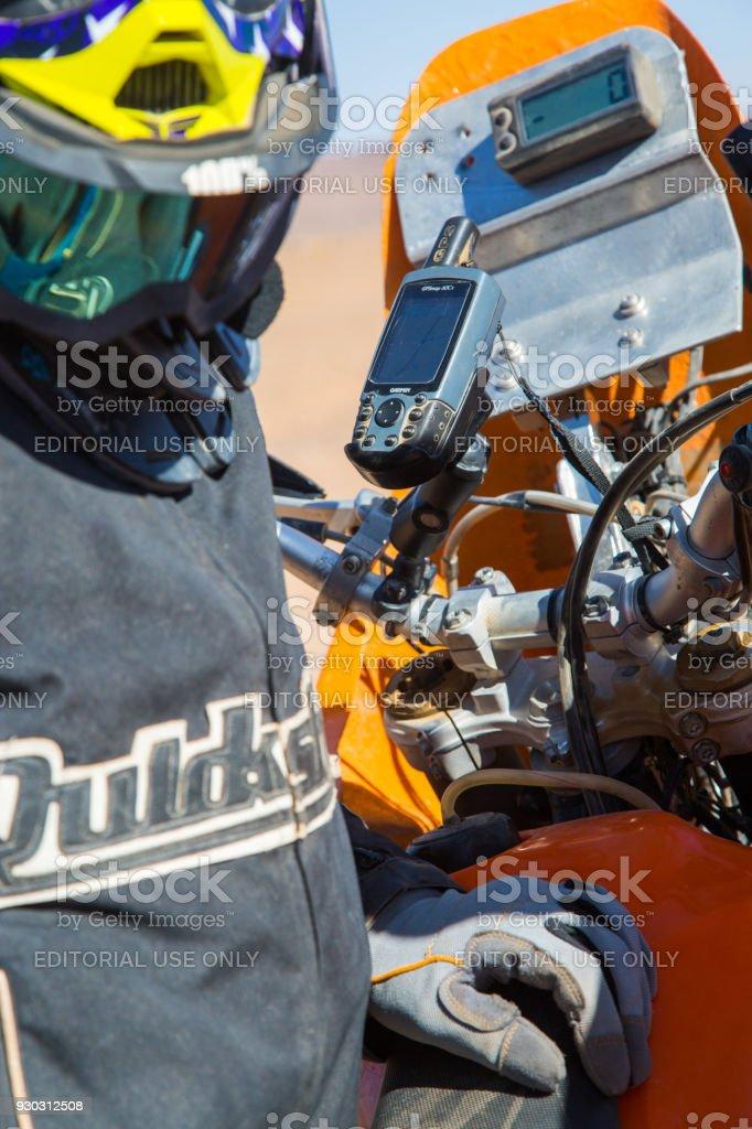 Motorista Con Teléfono Para Rastreo Gps - Fotografía de stock y más ...