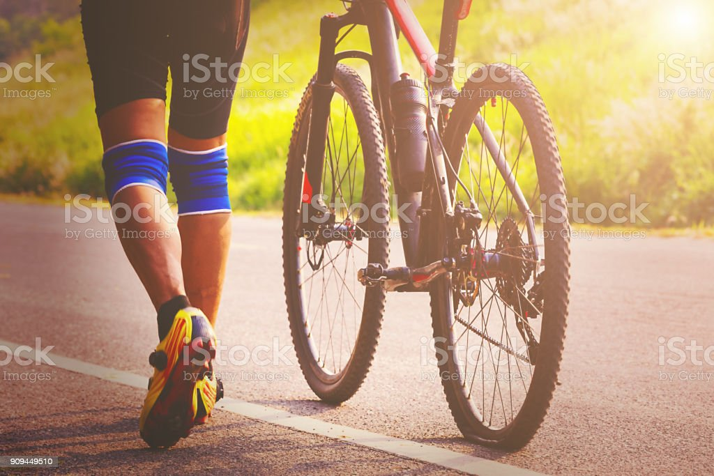 Biker mit seiner flachen Fahrrad-Reifen. – Foto
