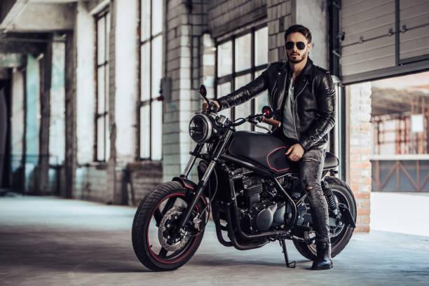 biker mit modernen motorrad - motorrad männer stock-fotos und bilder
