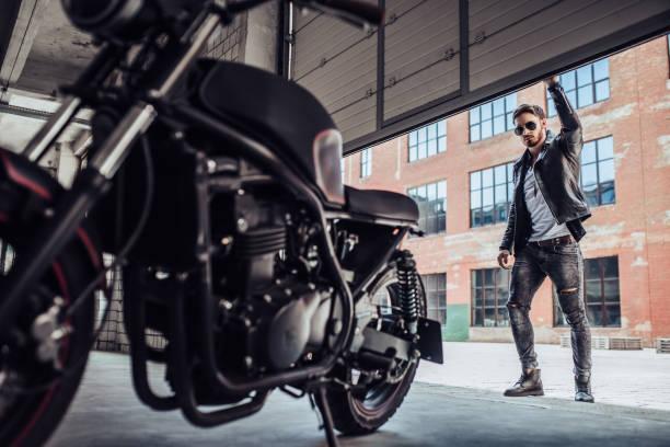 Biker mit modernen Motorrad – Foto