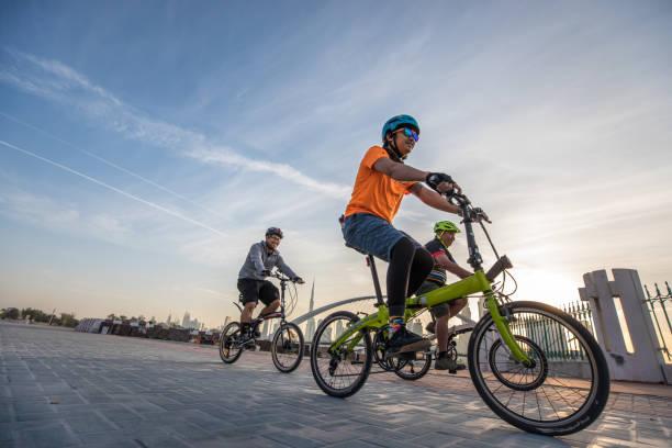 dubai, vereinigte arabische emirate - 27. januar 2017: biker in dubai. - zusammenklappbar stock-fotos und bilder