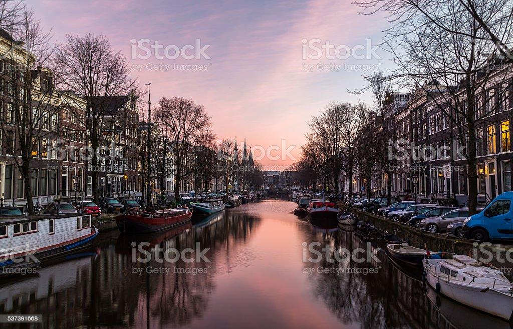 Bicicletas en Amsterdam y edificios - foto de stock
