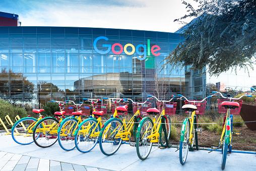 Bicicletas En Googleplex Sede Central De Google Foto de stock y más banco de imágenes de Agarrar