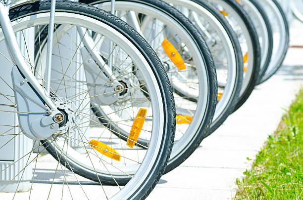 fahrräder zum mieten - fahrradhalter stock-fotos und bilder