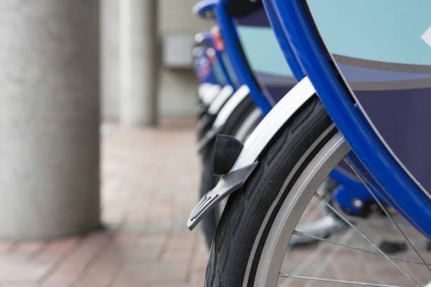 fahrräder in einem rack - kanada rundreise stock-fotos und bilder