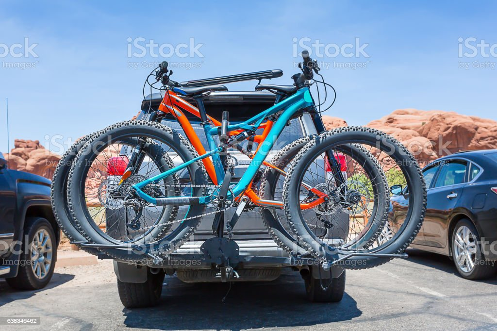 Bikes loaded on the back of a car. foto de stock libre de derechos