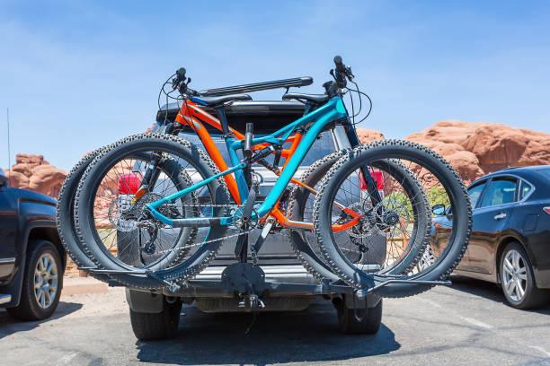 bikes loaded on the back of a car. - fahrradhalter stock-fotos und bilder