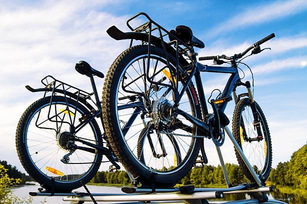 räder auf einem auto gegen den himmel. - fahrradträger stock-fotos und bilder