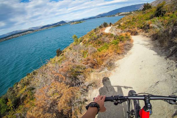 radfahren entlang lake wanaka in neuseeland. - neue abenteuer stock-fotos und bilder