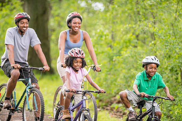 In bicicletta lungo il sentiero di bosco - foto stock